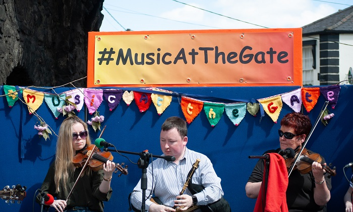 darragh noreen roisin under double music at gate signs